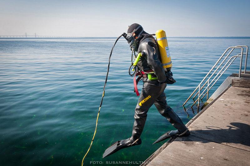 Dykare på väg att hoppa i vattnet