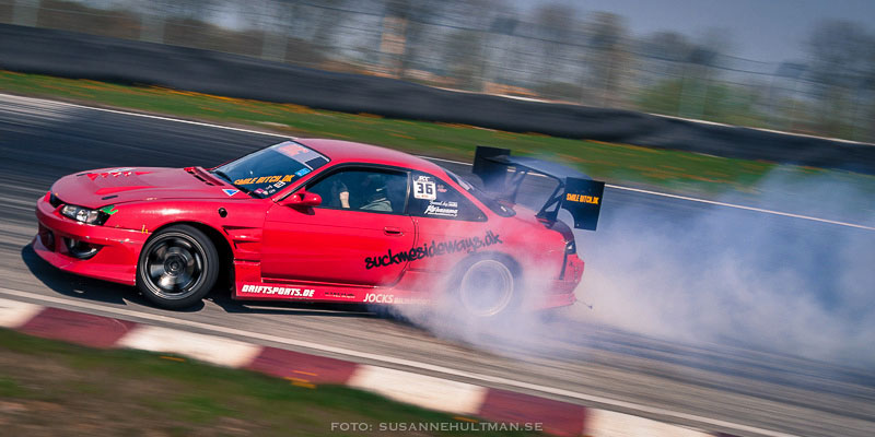 Röd bil i rök