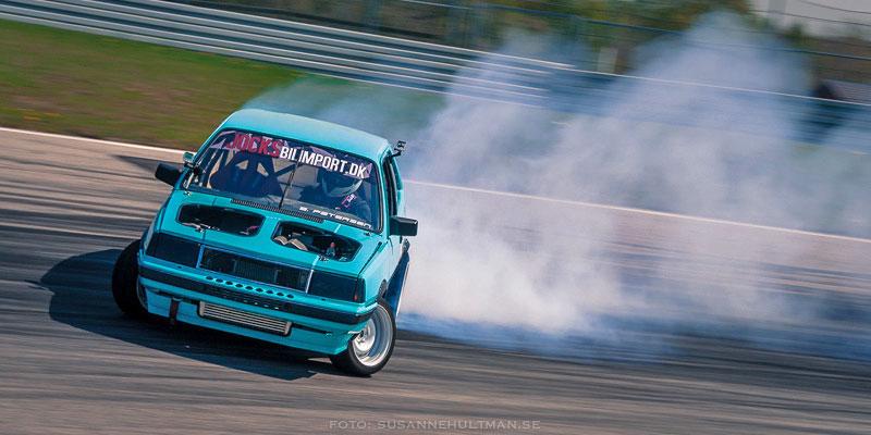 Blå bil i rök