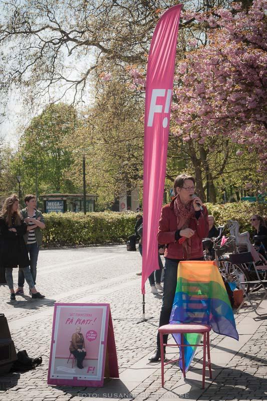 Gudrun Schyman talar på Gustav Adolfs torg i Malmö.