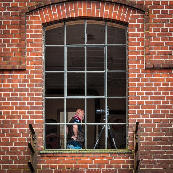 Peter och kamera i fönster