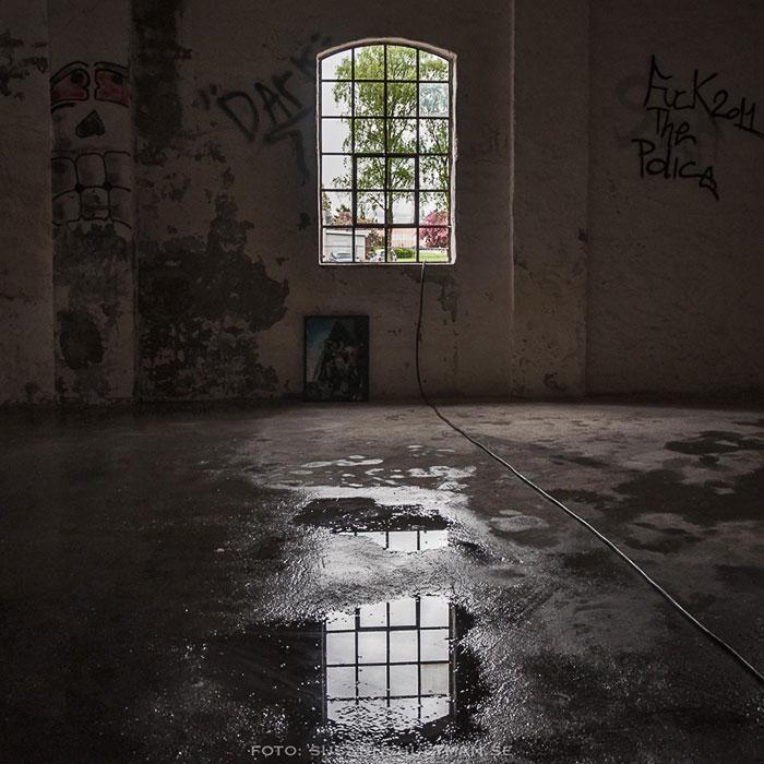 Fönster som speglas i vatten på golv
