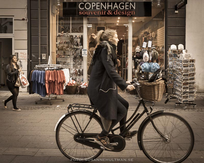 Cyklist framför en souvenirbutik