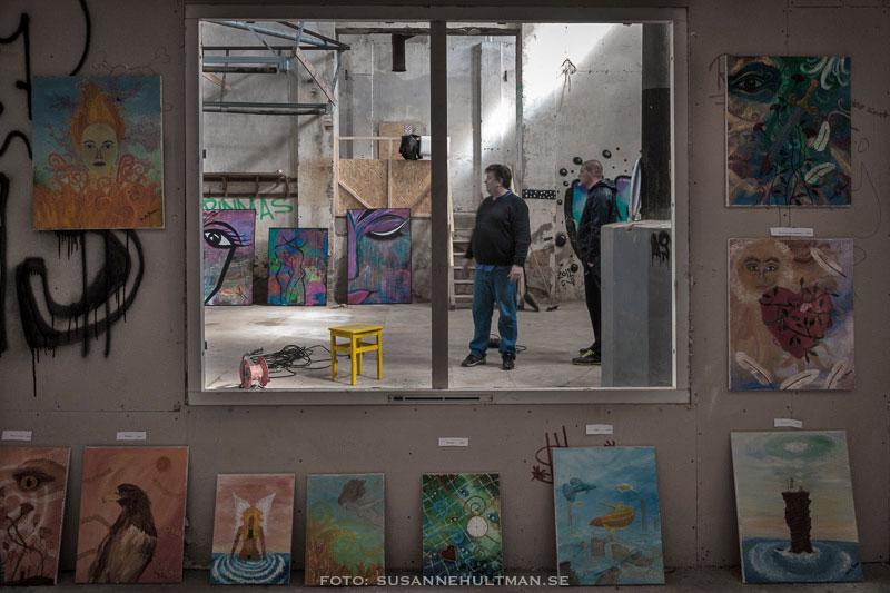 Fönster omgivet av tavlor