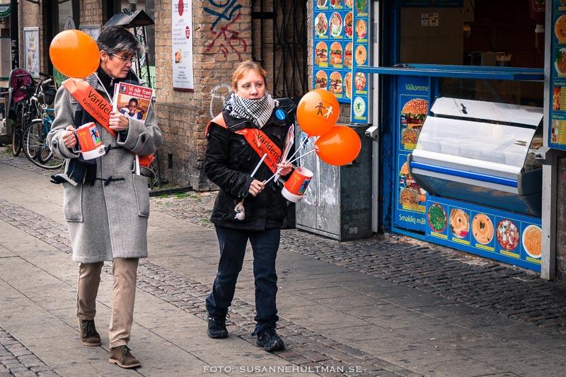 Två kvinnor med banderoller, ballonger och insamlingsbössor  för Världens barn