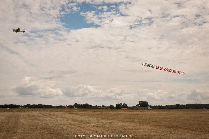 Flygplan med banderoll bakom sig
