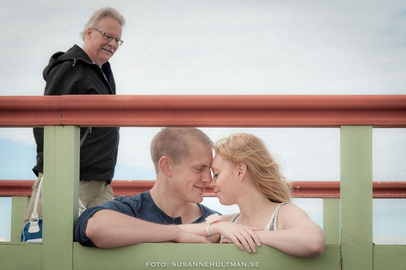 Man tittar på ett kärleksfullt par