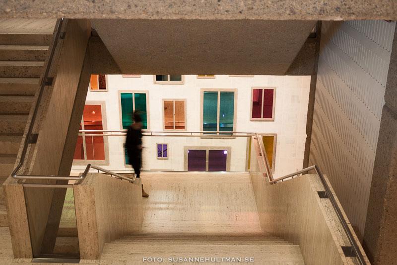 Färglagda fönster nedanför en trappa
