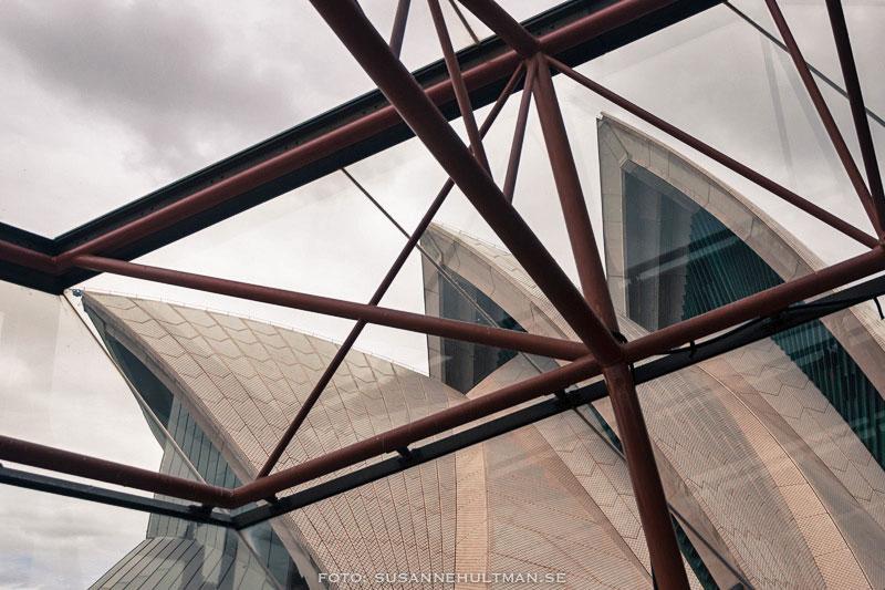Liten del av Sydney Opera House genom fönster