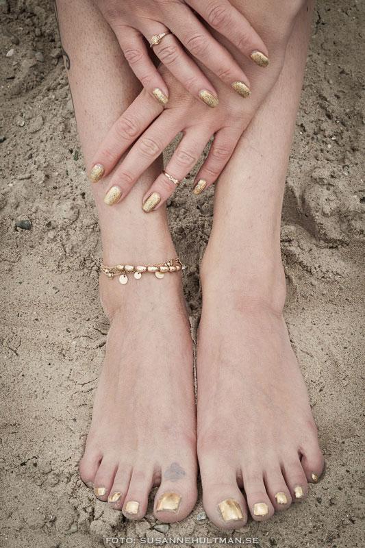 Fötter och händer i sand