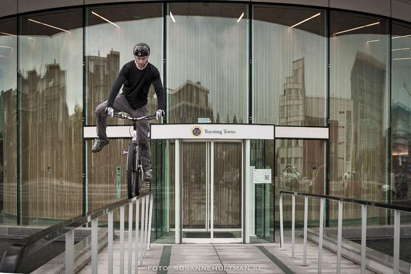 Trialcyklist på räcke