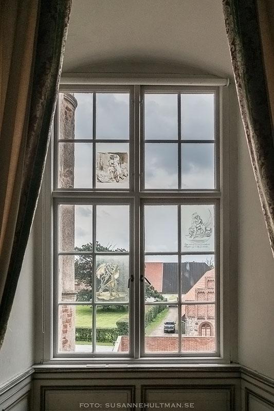 Fönster med dekorationer