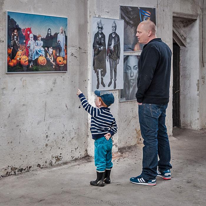 Pojke pekar på ett foto