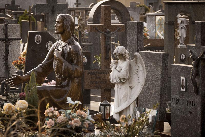 Gravar med kors och skulpturer