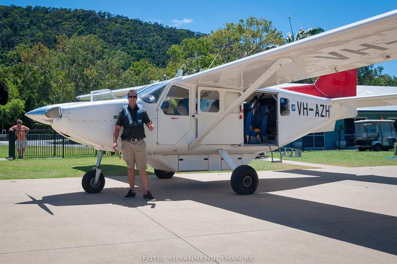 Ben vid sitt flygplan innan start.