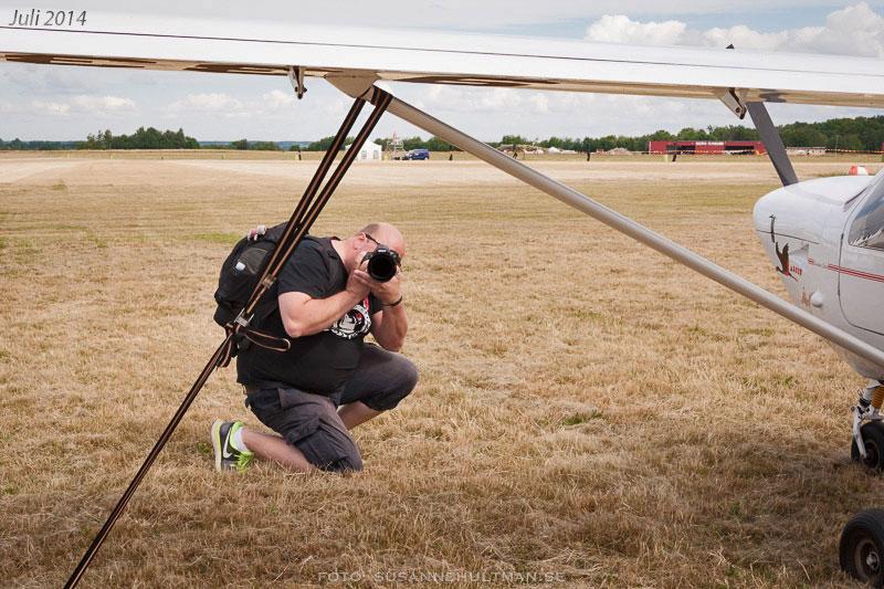Sven fotograferar vid flygplan.