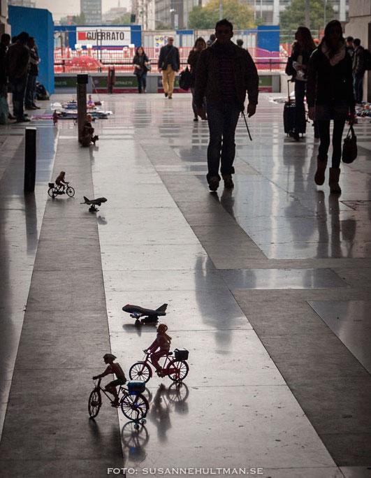 Små cyklar på blankpolerat golv.