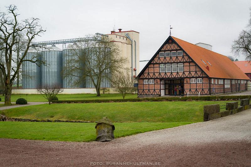 Delar av destilleriet och en av slottsbyggnaderna