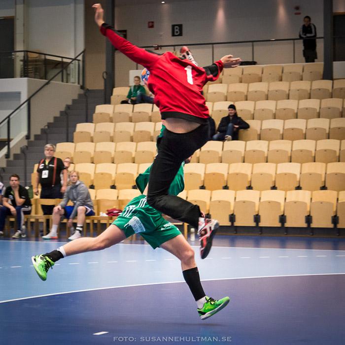 Två handbollsspelare i luften