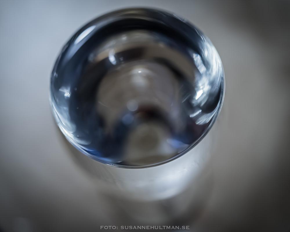 Vinglas med vatten, sett uppifrån