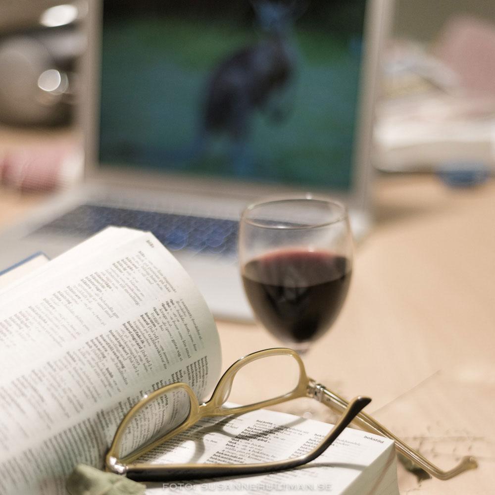 Vin, glasögon och bok