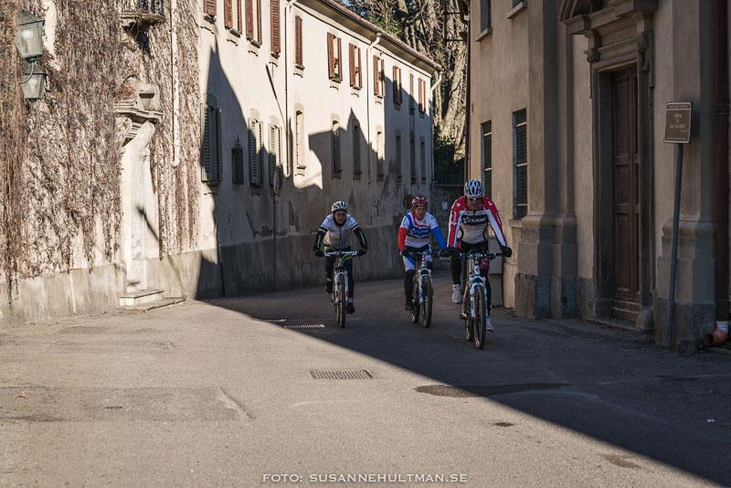 Tävlingscyklister i skugga