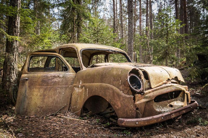 Bilvrak i skogsmiljö