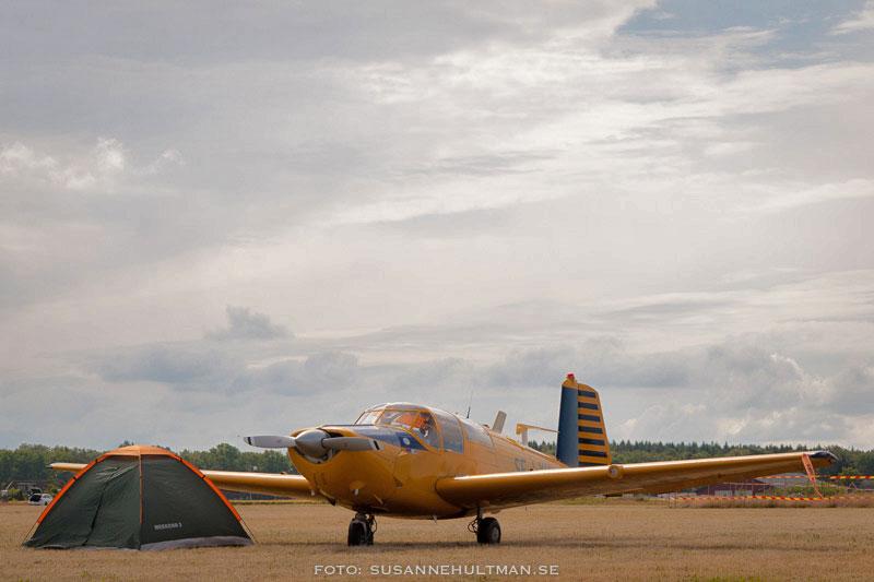Gult litet flygplan bredvid ett litet tält