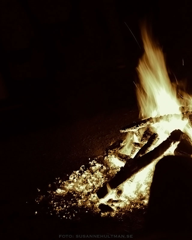 Brinnande eld med glöd