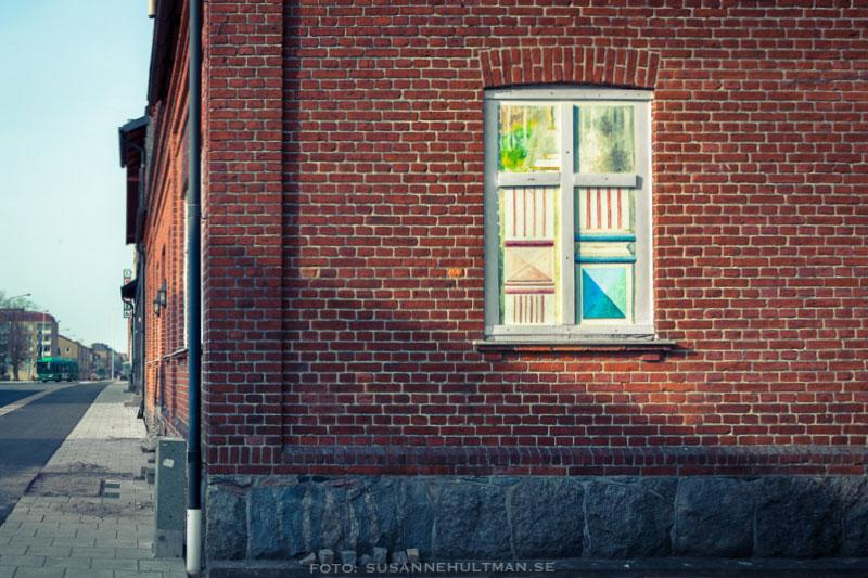 Fönstermålning på tegelvägg