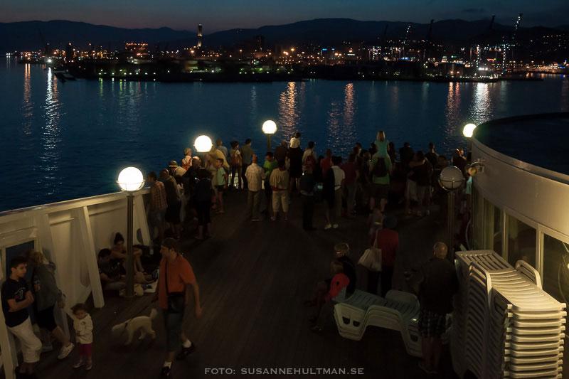 Människor på båt i natten