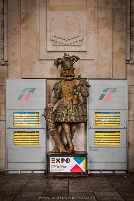 Expo 2015-skylt vid exposkulptur