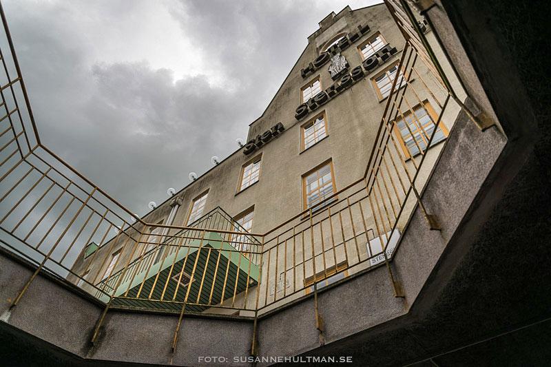 Hotellets fasad underifrån