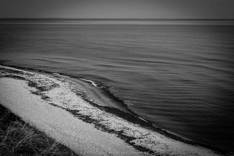 Öde strand i svartvitt