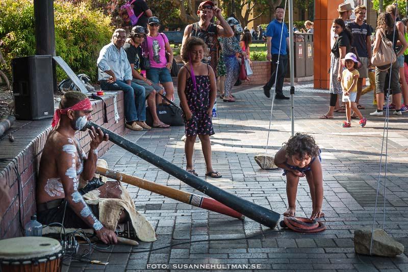 Man som spelar didgeridoo