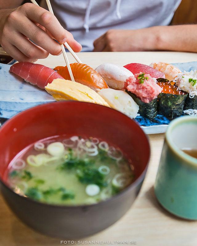 Sushi, misosoppa och temugg