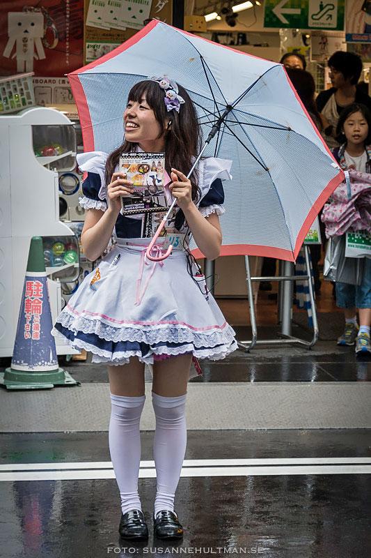 Leende flicka under paraply