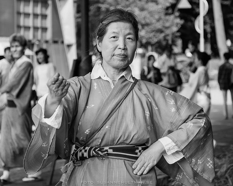 Porträttbild på kvinnlig dansare i kimono