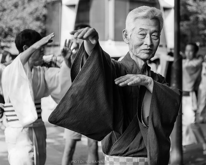 Porträttbild på manlig dansare i kimono