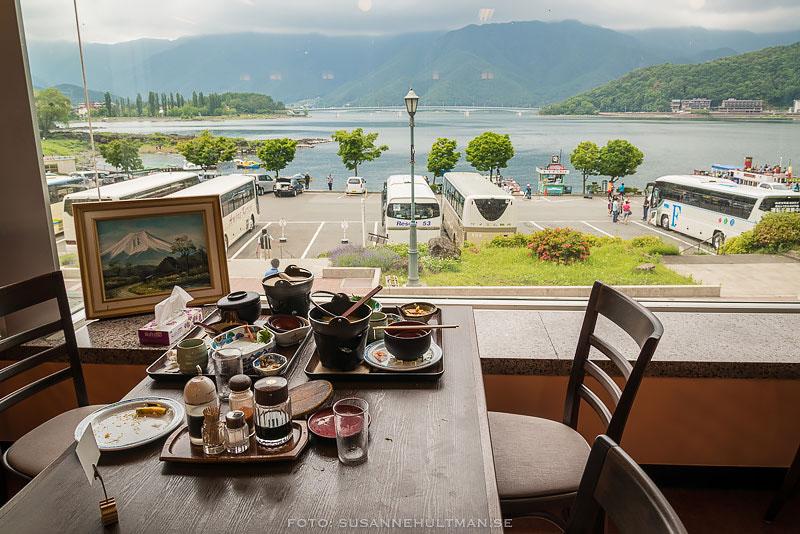 Lunchbordet med tavla av Fujiberget