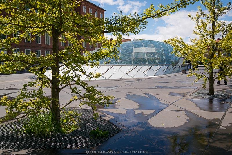Triangelns station mellan träd