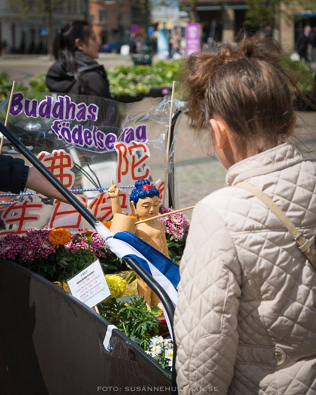 Buddhafigur omgiven av blommor
