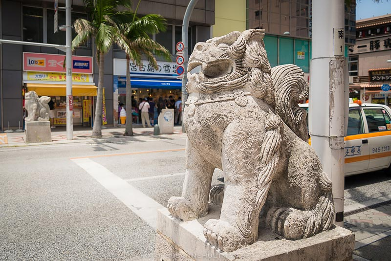 Shisaskulpturer vid gata