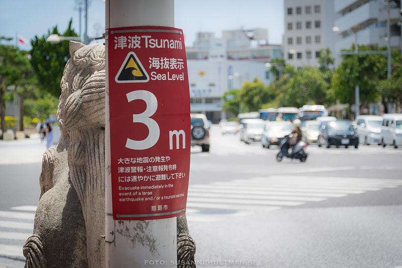 Röd skylt med tsunamivarning