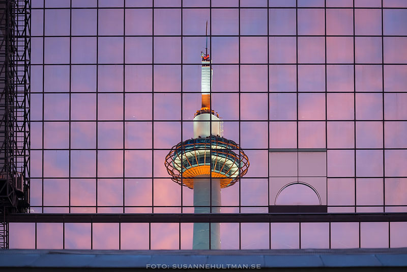 Kyoto Tower reflekteras