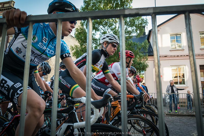 Cyklister bakom kravallstaket