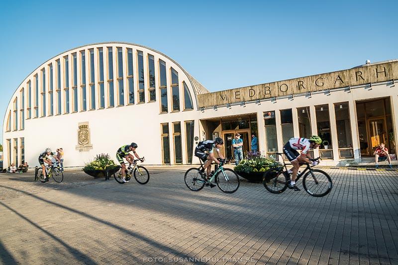 Cyklister utanför medborgarhuset