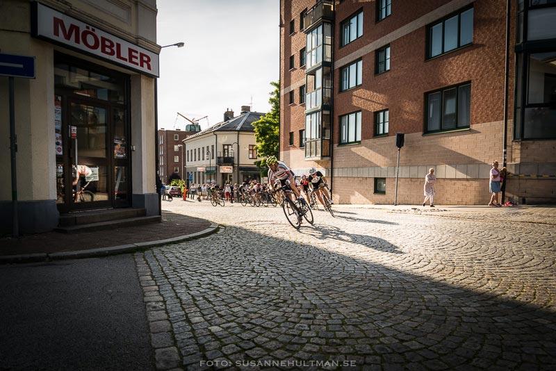Cyklist i gathörn