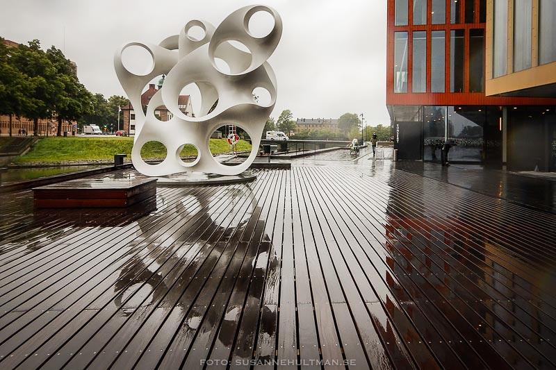 Skulptur utanför ingången till Malmö Live