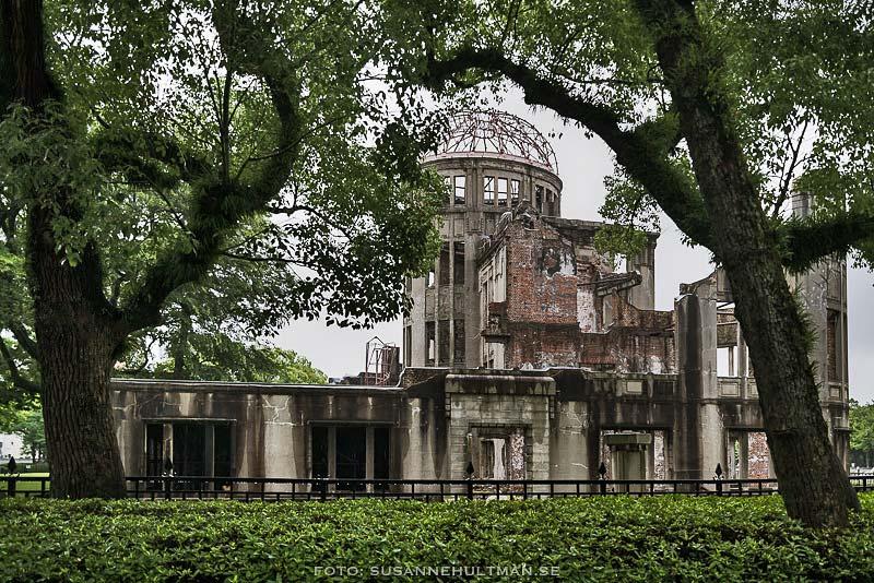 Atombombsdomen mellan träd